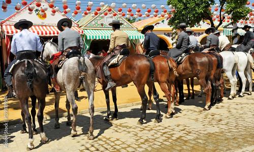 A caballo en la feria de Sevilla, España
