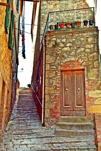 vecchia stradina in pietra nel borgo storico di Chiusdino in Toscana, Italia
