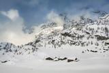baite alpine con neve fresca