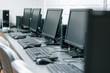 Salle informatique avec ordinateurs