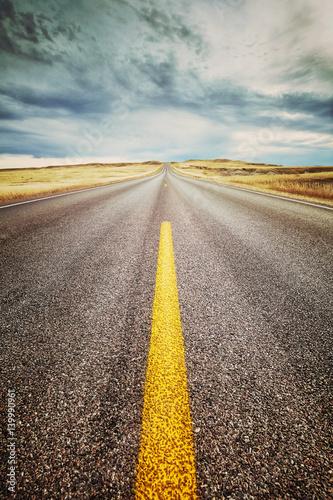 autostrady-pasa-ruchu-zakonczenie-w-gore-retro-stonowanego-obrazka-ostrosc-na-przedpolu-podrozy-pojecie-usa