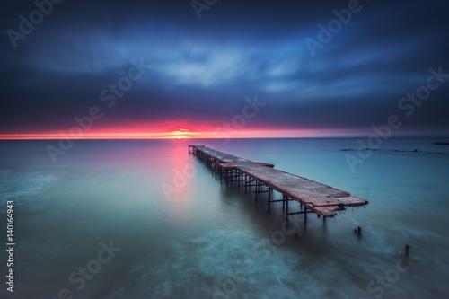 Stary łamający most w morzu, długi ujawnienie