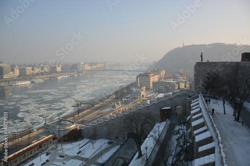 Poster Blick auf die zugefrorene Donau in Budapest, Ungarn mit Eisschollen