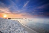 Zachód słońca na plaży nad Morzem Bałtyckim