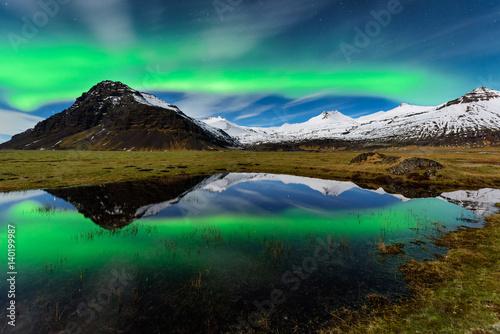 Fotobehang Noorderlicht Espetacular Aurora boreal na Islandia. Paisagem nocturna de maravilhosa beleza natural.