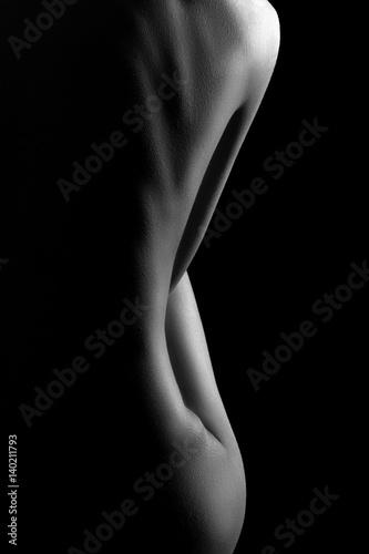 Sexy ciało kobiety nago. Naga zmysłowa piękna dziewczyna. Artystyczne zdjęcie czarno-białe.