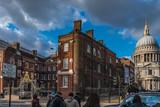 Straße in London mit Backsteinhaus und St. Pauls Kathedrale