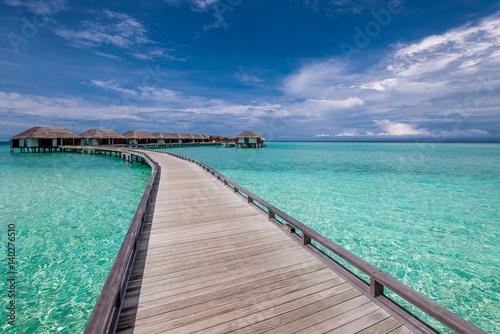 Piękna plaża z bungalowami wodnymi