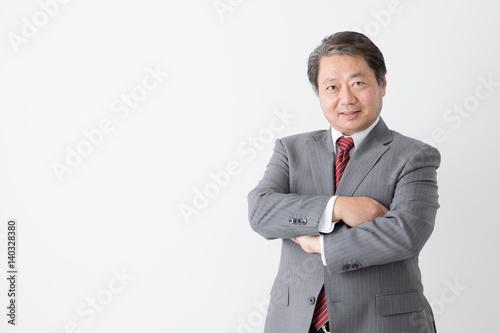 腕を組むビジネスマン、考える、悩む、中年男性