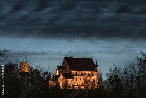 Beleuchtete Mindelburg in der Frundsbergstadt Mindelheim im Allgäu bei Nacht