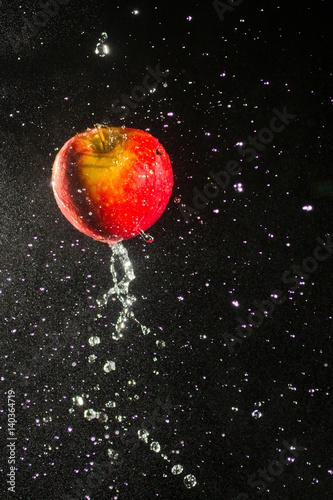 apple-w-wodzie-na-czarnym-tle