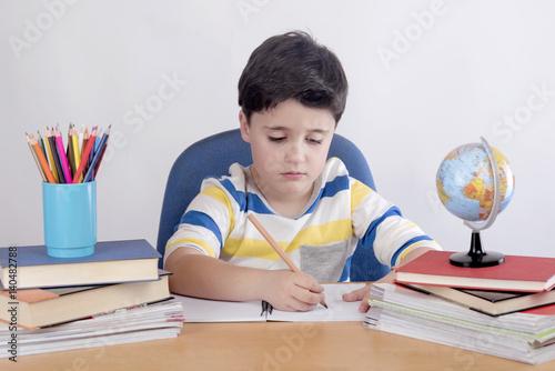 niño concentrado estudiando  © esthermm