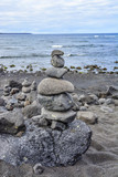Steine gestapelt am Meer, Lanzarote, Kanarische Inseln, Spanien