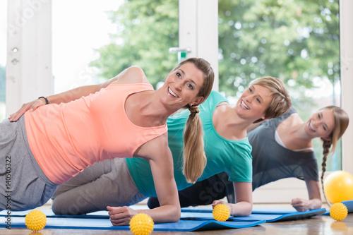 Leinwanddruck Bild Frauen nach der Geburt machen Übungen für den Beckenboden im Rückbildungskurs