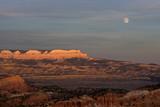 USA - Bryce Canyon National Park Bergkette im roten Licht des Sonnenuntergangs mit Vollmond