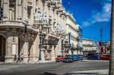 HDR - Viele amerikanische Oldtimer halten an der Kreuzung auf der Hauptstraße von Havanna Kuba - Serie Kuba Reportage