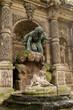Monumento con statua