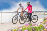 Pärchen mit dem E-Bike im Urlaub im Süden - 140704953