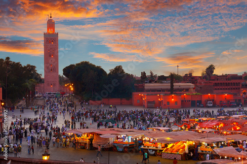 Papiers peints Maroc Famous Jemaa el Fna square crowded at dusk. Marrakesh, Morocco