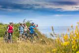 Urlauber auf einer Biketour am Meer - 140718570