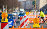 eine Strassenbaustelle behindert den Verkehr in einer Stadt  - 140819713