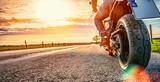 Motocykl na jeździe drogowej. Zabawę jazdę na pustej drodze na motocyklu wycieczkę / podróż