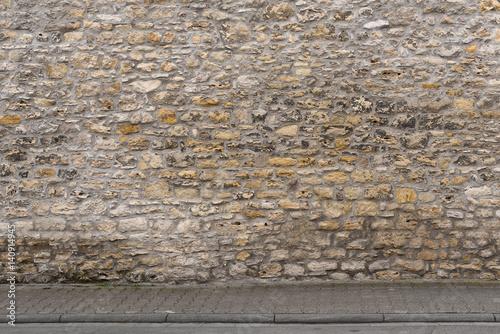 Tuinposter Baksteen muur Historisches Mauerwerk am Gehweg