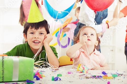 Fotografiet Children having fun at a birthday party