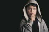 niño con el dedo en los labios  - 141027524