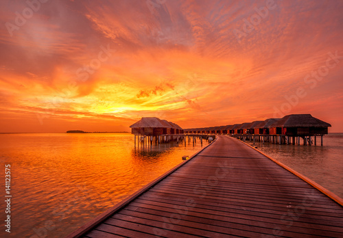 Poster Oranje eclat Sunset at Maldivian beach