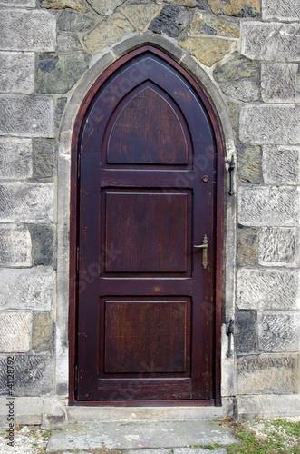 duże drewniane drzwi