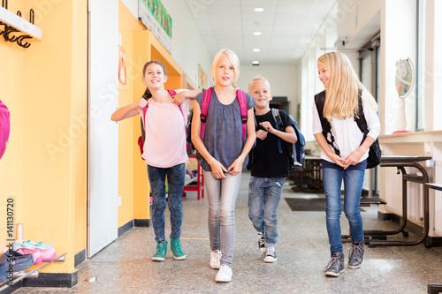 Fototapeta Schüler gehen auf dem Flur