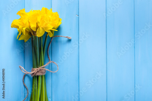 Wiosny tło z daffodils na drewnianym stole
