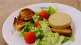 foie gras,tomate,toast,et salade,repas gastronomique - 141269756