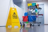 Chariot d'entretien dans un bureau et signalisation - 141273720