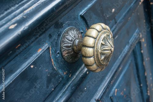 Poster détail porte ancienne avec poignée en bronze