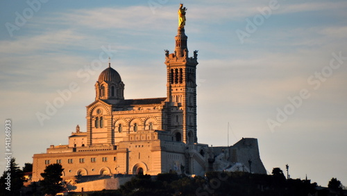 Foto op Plexiglas Cathedral Cove Notre-Dame im Morgenlicht über der Stadt thronend