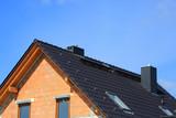 Fragment dachu i szczytu domu jednorodzinnego w budowie. - 141408360