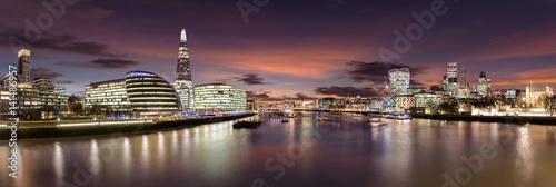 Fotobehang Londen Die Skyline von London nach Sonnenuntergang