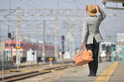 駅・フラットホーム・男性