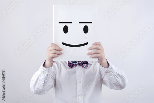 niño feliz con tablero blanco