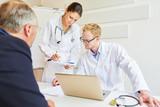 Ärzte beraten Patienten über Therapie