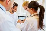 Ärzteteam analysiert ein EKG