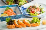 ロール寿司とサーモン刺身