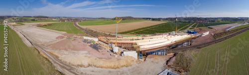 Straßenbau, Brückenbau über eine Bahnlinie, Luftbild-Panorama