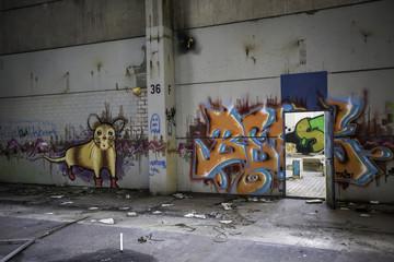 Streetart in einem verlassenen Fabrikgebäude
