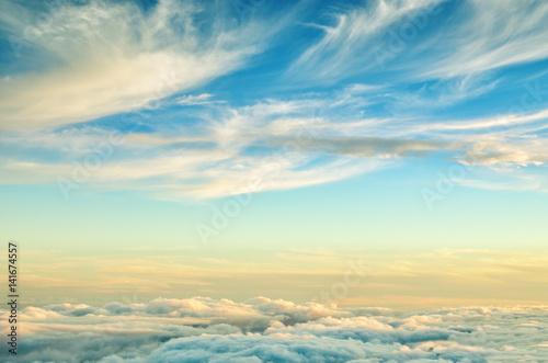 Streszczenie tło z chmurami kolory złoty i niebieski. Zmierzchu niebo nad chmury. Marzycielski fantasy tło w delikatnych pastelowych kolorach.