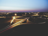 Vista aerea della città con scie luminose