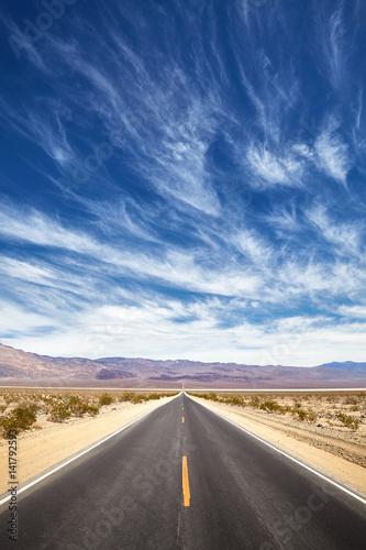 niekonczacy-sie-pustynna-droga-smiertelna-dolina-kalifornia-usa