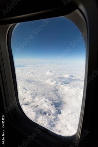 Vue des nuages et du ciel de la fen tre d 39 un avion plag t for Fenetre 80x120